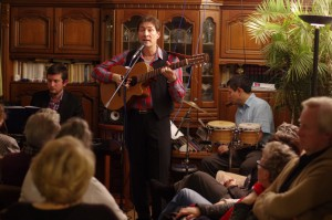 Jan Degenhardt singt mit Gitarre