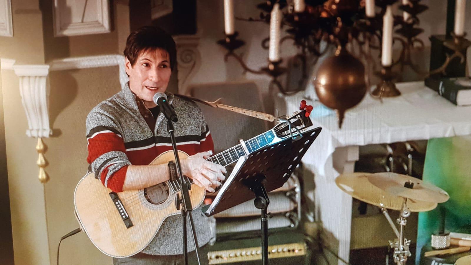 Jan Degenhardt mit Gitarre im Gemeindehaus
